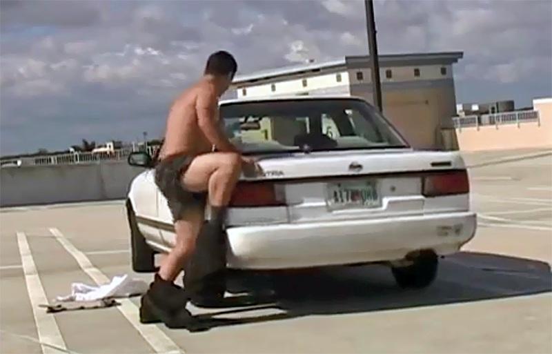 Sex s autem? Mechafil Edward Smith měl sex s tisícovkou aut.