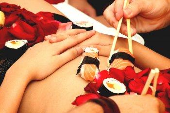 Body sushi - servírování na nahém těle