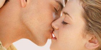 Proč při líbání zavíráme oči