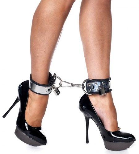 Okovaná kožená pouta na nohy se zámkem Rimba