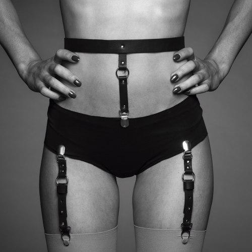 BDSM postroje: Podvazkový pás na spodní prádlo a punčochy MAZE