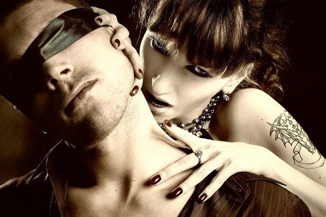 Vezmi to třeba jen na chvíli do svých rukou. Muži mají ženinu iniciativu velmi rádi. Troufneš si mu na chvíli zavázat oči?