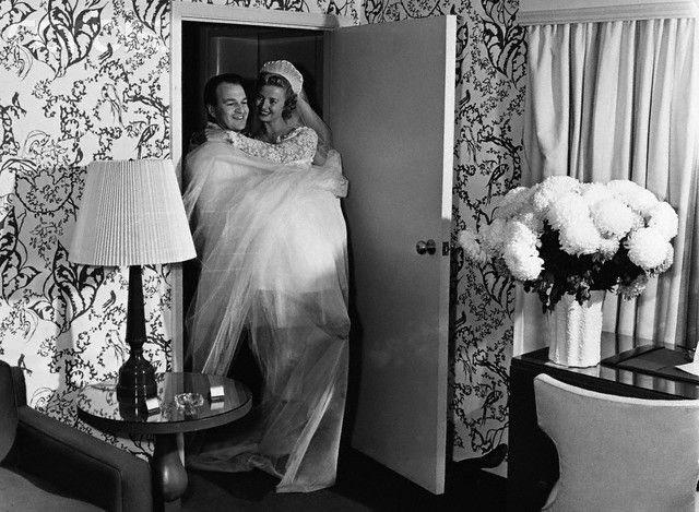 Jakmile ženich přenesl nevěstu přes práh svého domu, byla jeho.