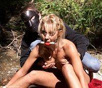 Nasaďte si masky, abyste podráždili její zvědavost