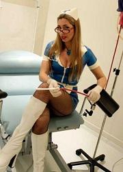 Co kdyby zdravotní sestřičky vypadaly třeba takto? To by bylo najednou klinik fetišistů!