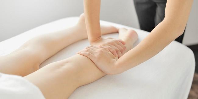 Celé nohy hlaďte otevřenými dlaněmi shora dolů