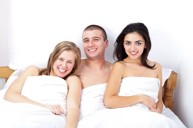 Chcete, aby byla trojka takto v pohodě? Buďte k partnerce ohleduplný.