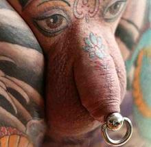 Kombinace vkusného tetování a piercingu je vždy zaručenou trefou do černého
