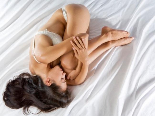 Pro ženu je tato poloha velmi pohodlná a dodává jí příjemné prožitky. Ani muž se extra nenadře.
