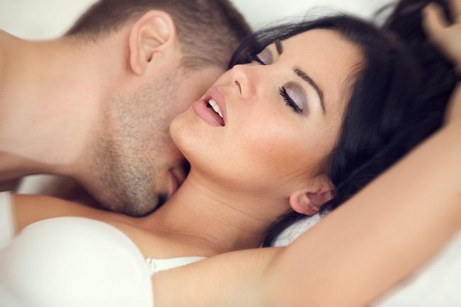 Jemné polibky na krk a šíji fungují jako spolehlivý akcelerátor vzrušení