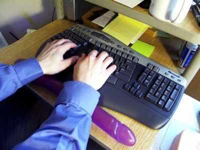 Oboustranné dildo jako podložka při psaní na klávesnici