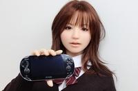 Japonská realistická pana recenzuje konzoli PS Vita