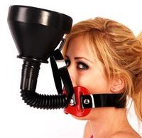 Pomocí roubíku s nálevkou můžete nositele donutit vypít jakoukoliv tekutinu