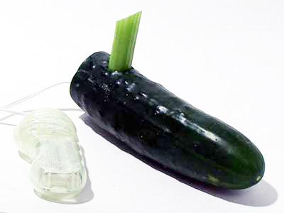 Klasický okurkový vibrátor s dráždidlem na klitoris z celeru