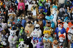 Dav lidí ve zvířecích kostýmech na největším furry srazu - Anthroconu