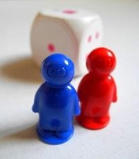 Pohlavní znaky hledáte na panáčcích zbytečně, jejich pohlaví určuje pouze barva. Červená figurka pro dámu, modrá pro pána.