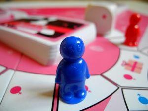 Modrý panáček se asi zrovna chystá ukázat červené figurce svůj poklad...