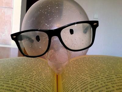 Společník a držák na brýle v jednom. Vyrobeno z kondomu.