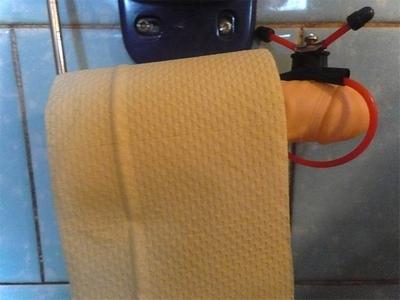 Umělý penis jako netradiční držák toaletního papíru