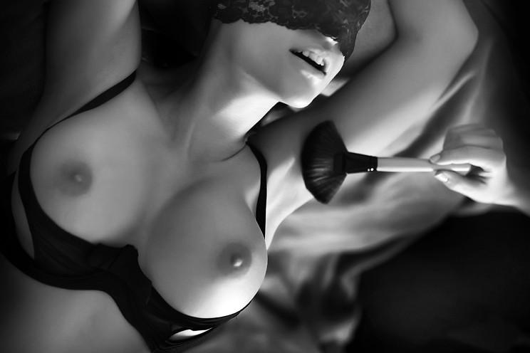 Nespoléhejte jen na své prsty a klidně si půjčte třeba její štěteček na líčení.