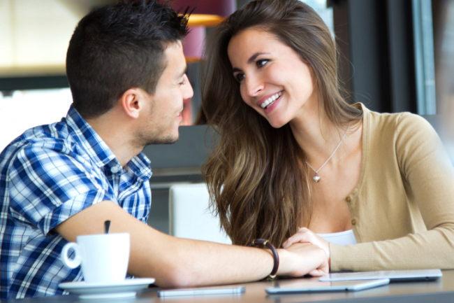 Během prvního rande sleduj, jestli a kde se tě dotýká.