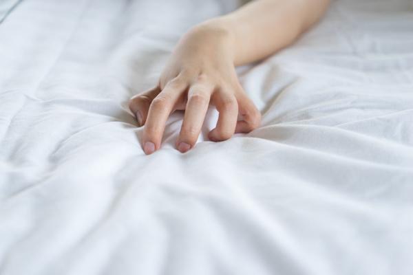 Nehty zaryté do matrace