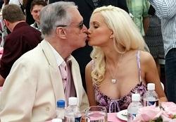 Hugh Hefner, zakladatel časopisu Playboy, si s věkovým rozdílem hlavu neláme.