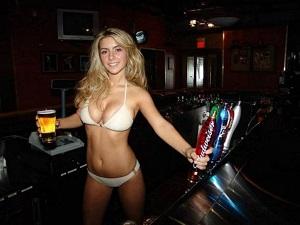 Krásná barmanka je lákavé sousto, na kterém si většina vyláme zuby