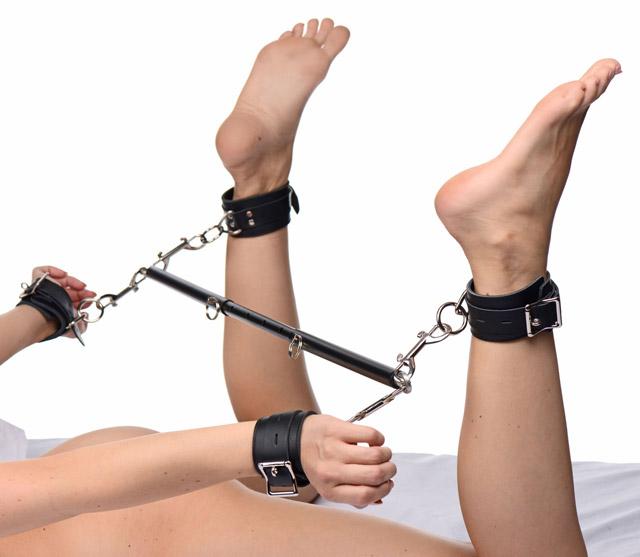 Když chci být opravdu dominantní, zafixuji k tyči i zápěstí.