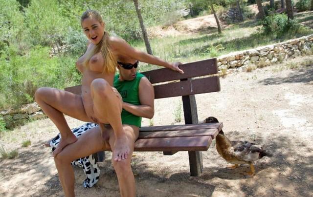 Na sex v parku je tohle extrém, ale když má holka delší sukni, není nic vidět.