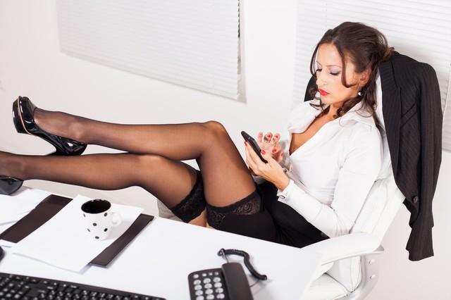O sexy šéfové sní snad každý chlap.