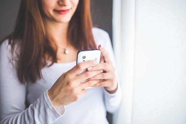 Poslat hezkou zprávu je to minimum, které můžeš udělat a přesto ji to hezky natartuje a připraví. Napiš jí, že se na ni těšíš, že ti chybí její tělo nebo krátký scénář nějakých prasárniček.