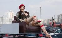 Robotická žena Táňa, usazená na střeše Kozlovova auta jako reklamní poutač