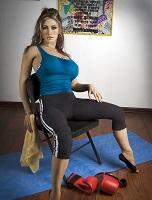 Realistická panna ve sportovním outfitu