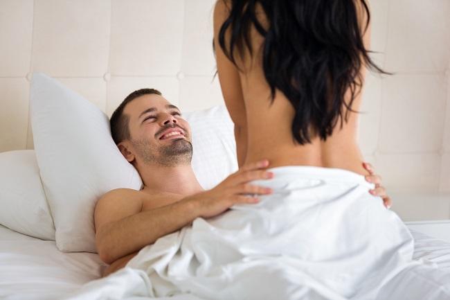 Ideální pozice. Ženu penis dráždí uvnitř, má volné ruce hrát si s poštěváčkem a partner se může věnovat bradavkám.