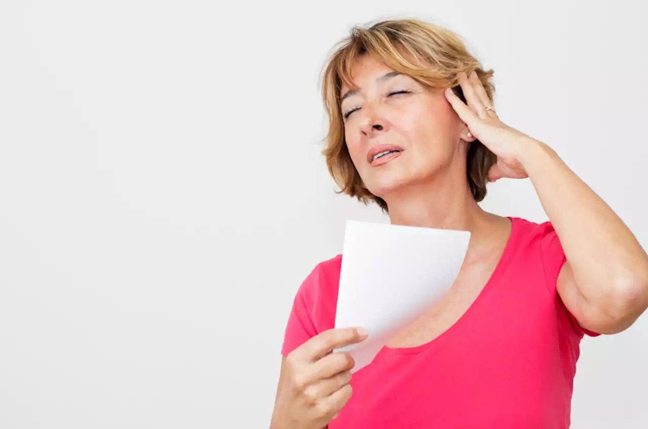 Příznaky menopauzy jsou návaly horka, pocení, problémy se spánkem, výkyvy nálad a nevolnosti