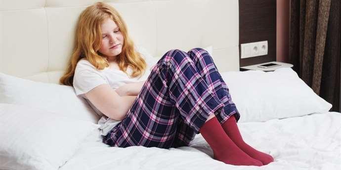 dívka s menstruačními bolestmi