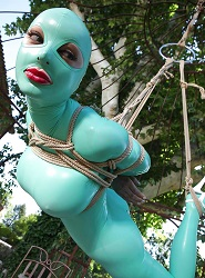 Svázaná Rubber Doll